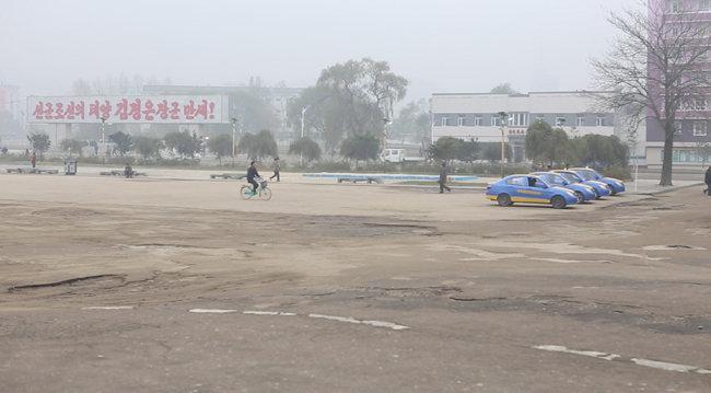 나선 시내 비포장 도로 위에 주차된 폴크스바겐 택시들. 이용하는 승객이 별로 없어 보였다. [조현준 제공]