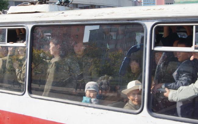 서울 지하철처럼 청진 시내 트램에는 승객들로 가득하다. [조형준 제공]