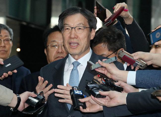 권오준 포스코 회장이 4월 18일 오전 서울 강남구 포스코센터에서 사의를 표명한 임시 이사회를 마친 뒤 기자들의 질문에 답하고 있다. [뉴스1]