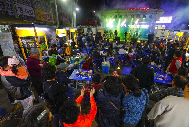 거리 공연이 펼쳐지는 천안 남산시장의 야시장. [박해윤 기자]