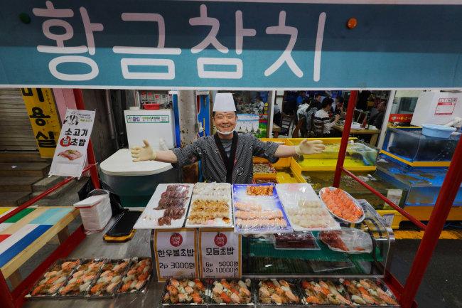 일류 요리사가 만드는 '거리의 초밥'이 오산 오색시장에 떴다. [박해윤 기자]