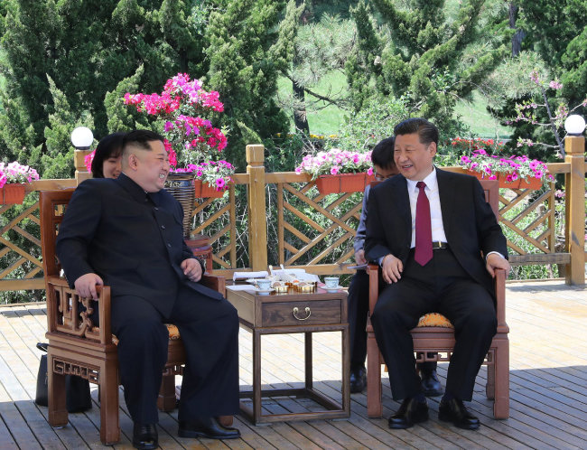 5월 7일부터 이틀간 중국을 방문한 김정은 북한 국무위원장(왼쪽)과 시진핑 중국 국가주석이 5월 8일 랴오닝성 다롄의 휴양지 방추이다오에서 대화하고 있다. 3월 25∼28일 중국을 방문한 김 위원장은 40여 일 만에 중국을 다시 찾았다. [다롄=신화 뉴시스]