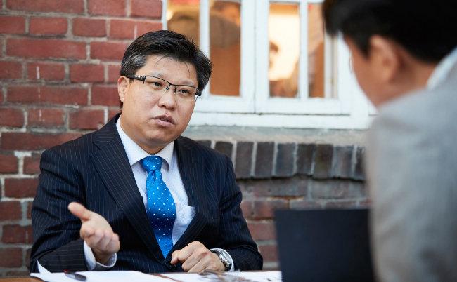 """박종철 경상대 교수는 """"현재의 대화 국면은 누구도 믿을 수 없는 적대적 협상""""이라고 했다. [홍중식 기자]"""