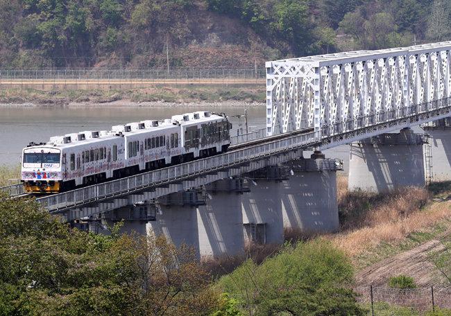 남북 정상회담 이후 남북 간 철도 연결이나 공동어로 등 경제협력 사업에 대한 관심이 커지고 있다. 사진은 관광열차인 '평화열차 DMZ 트레인'. [파주=뉴스1]