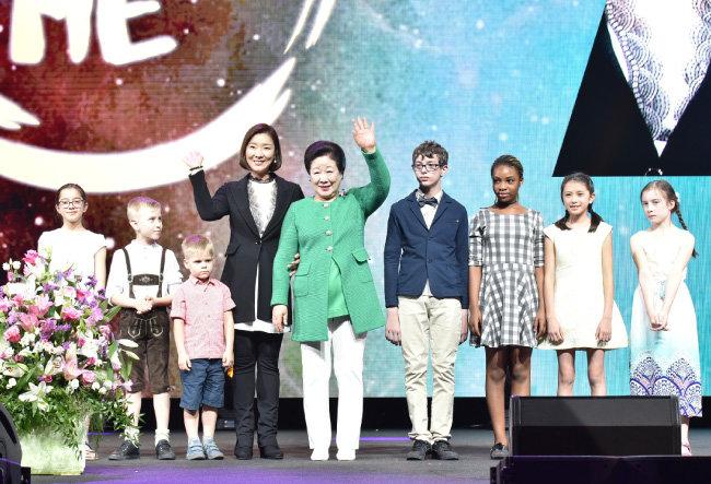 합동결혼으로 태어난 3세들과 포즈를 취한 한학자 가정연합 총재(왼쪽에서 다섯 번째)와 문선진 가정연합 세계회장(왼쪽에서 네 번째).