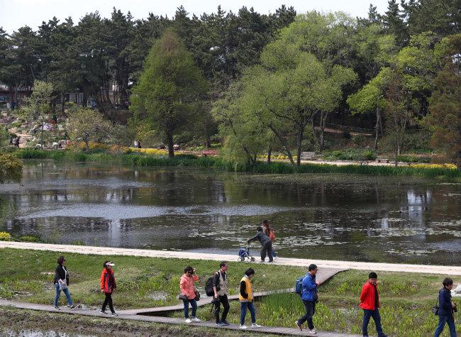 밀러가든 앞 큰 연못. 유모차나 휠체어도 다닐 수 있도록 산책로가 조성돼 있다.