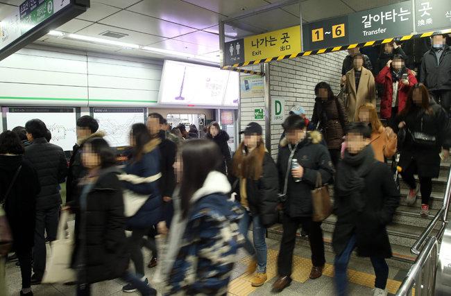 출근시간대 서울 지하철역. [동아DB]