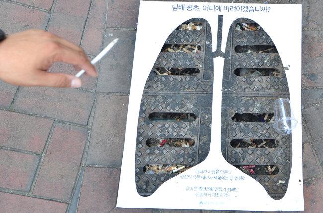 서울의 한 하수구에 부착된 담배꽁초 투기 예방 포스터. [뉴스1]