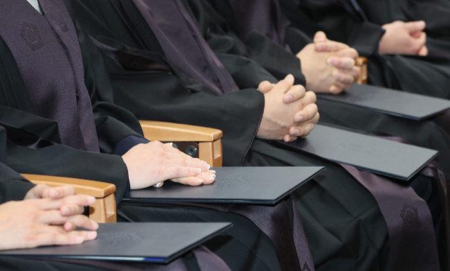 2017년 12월 열린 신임 법관 임용식에서 참석 법관들이 두 손을 가지런히 모으고 있다. [박영대 동아일보 기자]
