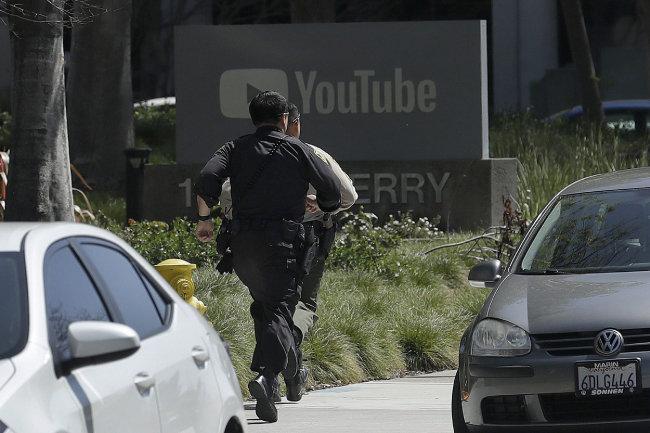 4월 3일 오후 미국 캘리포니아주 샌브루노 유튜브 본사에서 발생한 권총 총격 사건 현장으로 경찰들이 뛰어가고 있다. 이 사건으로 3명이 총상을 입었으며 용의자는 범행 후 권총으로 자살했다. [샌브루노=AP 뉴시스]