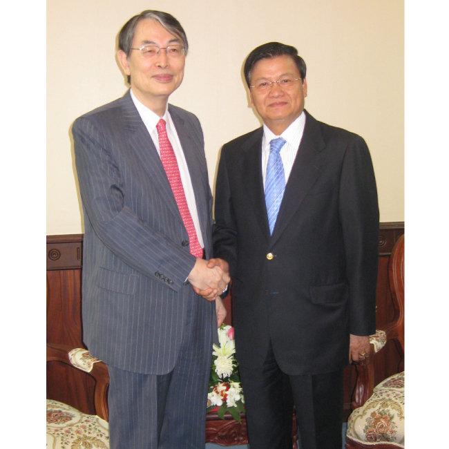 2010년 2월 11일 만난 통룬 시술릿(오른쪽) 라오스 부총리.