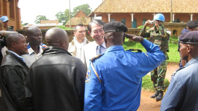 2010년 12월 아프리카 현지 경호원들이 나에게 경례하고 있다.