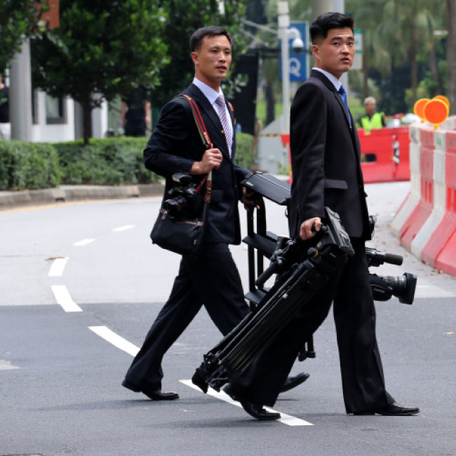 6월 10일 북한 기자들이 싱가포르 거리로 나와 취재하고 있다.