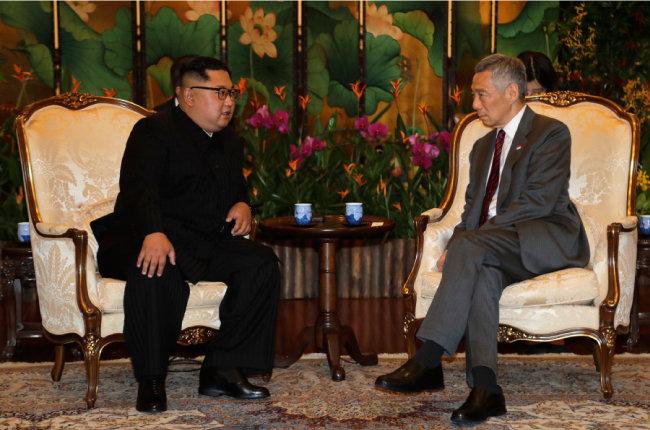 김정은 위원장이 6월 10일 리셴룽 총리와 싱가포르 대통령궁에서 회담하고 있다. 