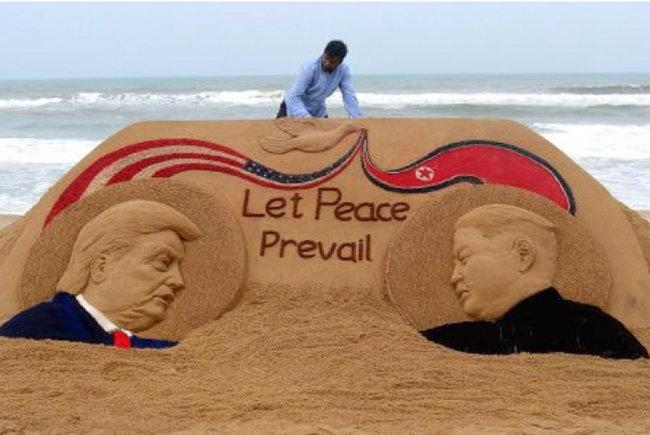 북·미 정상회담 성공을 기원하는 모래 조각이 인도 오디샤주(州) 푸리의 한 해변가에 6월 11일 등장했다. 