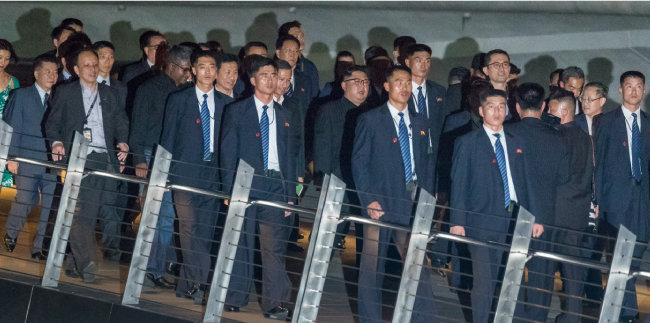 북한 경호원들이 6월 11일 싱가포르 머라이언파크 야경 관람에 나선 김정은 위원장을 철통 경호하고 있다.
