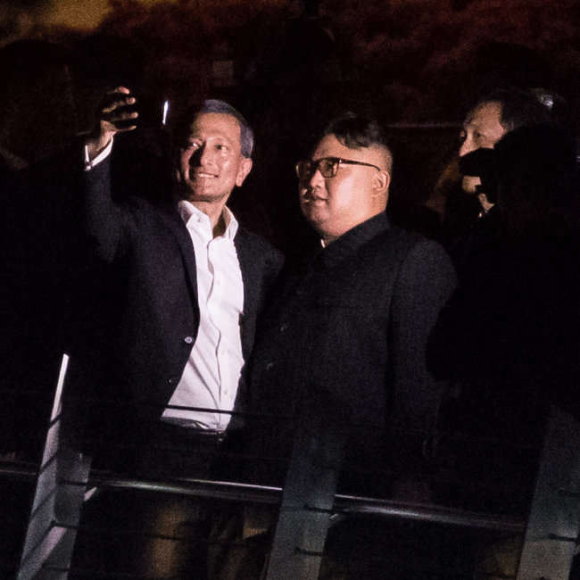 6월 11일 비비안 발라크리쉬난 싱가포르 외무장관이 에스플러네이드 (복합문화공간)에서 김정은 위원장과 '셀카'를 찍고 있다.