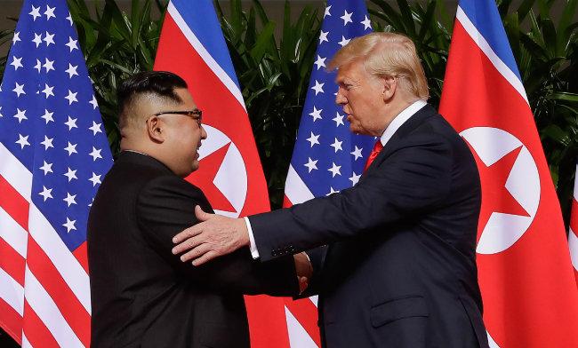 도널드 트럼프 미국 대통령이 6월 12일 싱가포르 카펠라 호텔에서 김정은 북한 국무위원장과 악수하고 있다.