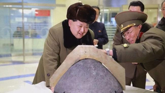 2016년 3월 미사일 탄두 부분을 살펴보며 웃고 있는 김정은 노동당 국무위원장. [동아DB]