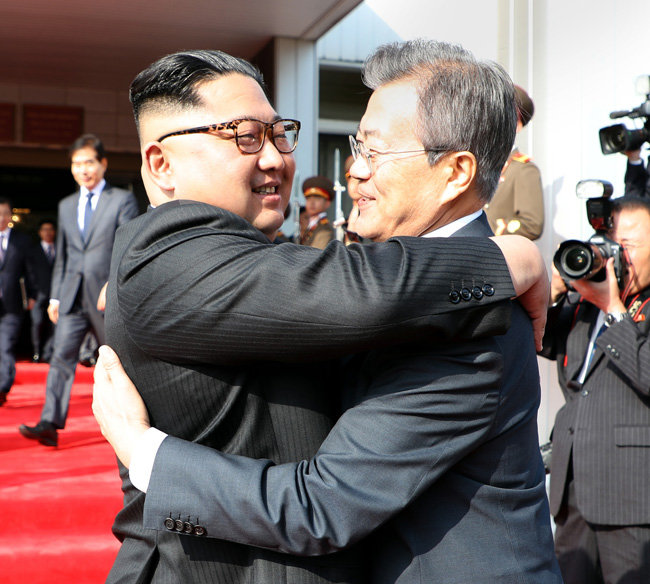5월 26일 문재인 대통령과 김정은 국무위원장이 판문점 북측 통일각에서 정상회담을 마치고 포옹하고 있다. [청와대 제공]