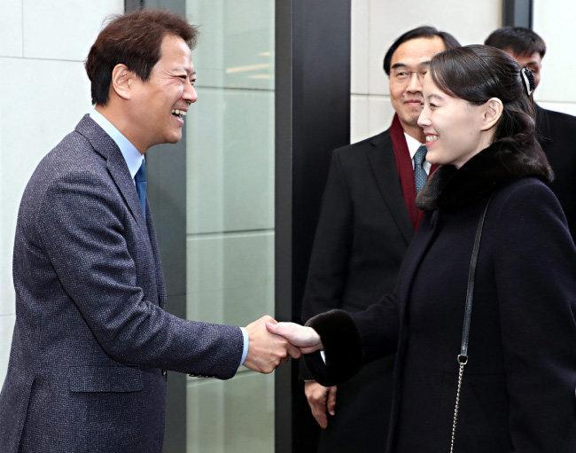 임종석 대통령비서실장이 2월 11일 서울 한 호텔에서 김여정 북한 노동당 제1부부장과 반갑게 악수하고 있다.