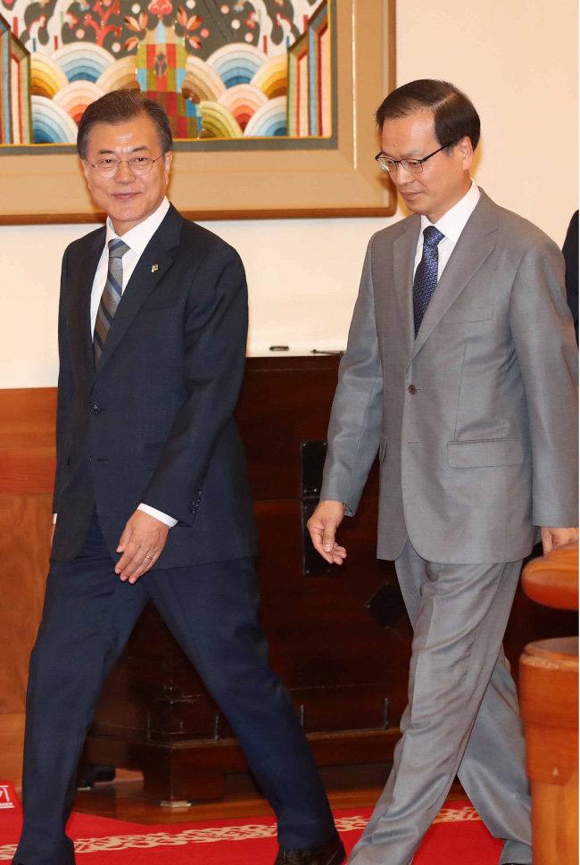 문재인 대통령(왼쪽)과 허익범 특별검사가 6월 8일 청와대에서 환담장으로 이동하고 있다. [동아DB]