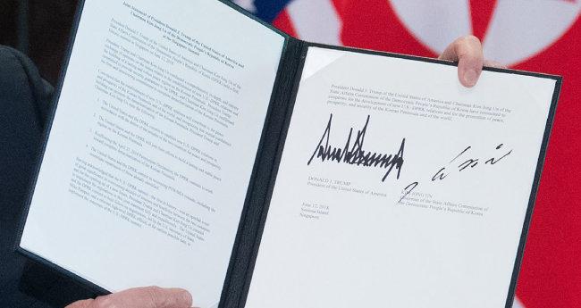 김정은 북한 국무위원장과 트럼프 미국 대통령이 6월 12일 북·미 정상회담 후 서명한 합의문에는 CVID가 내용에 포함되어 있지 않다. [동아DB]