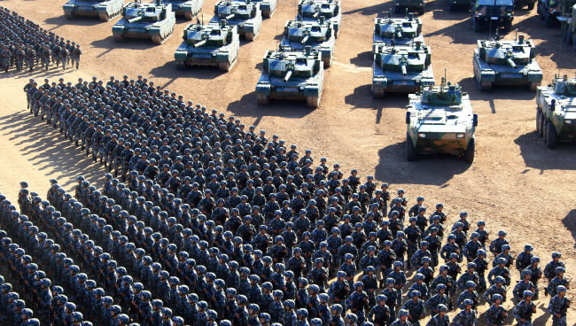 2017년 7월 30일 중국 인민해방군이 네이멍구 자치구 주르허에서 시진핑 국가주석 겸 중앙군사위 주석이 참관한 가운데 대규모 열병식을 거행했다. [주르허=신화/뉴시스]
