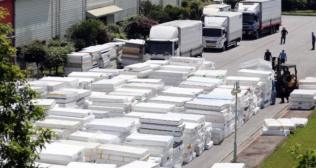 충남 천안시 서북구 대진침대 본사에서 회사 관계자들이 리콜로 수거한 이른바 '라돈 침대' 매트리스를 쌓고 있다. [뉴스1]