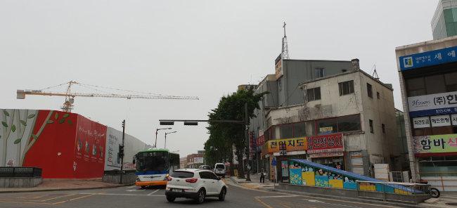 도시재생 사업이 진행되고 있는 천안 원도심. 공공시설과 함께 고층 아파트가 건설되고 있는 옛 동남구청 부지(왼쪽)와 낙후된 상업 지구가 마주 보고 있다. [강지남 기자]