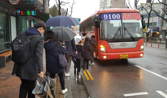 3월 5일 오전 인천시청앞에서 시민들이 서울행 광역버스에 승차하기 위해 줄지어 서 있다. [김영국 채녈A 스마트리포터]