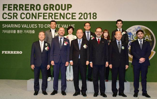 크레이그 바커 페레로 북아시아 대표(앞줄 왼쪽 두 번째), 반기문 전 유엔 사무총장(왼쪽 세 번째), 김영석 페레로 한국지사 고문(뒷줄 가운데) 등이 참석한 가운데 3월 8일 서울 웨스틴조선호텔에서 페레로 그룹 CSR 콘퍼런스가 열렸다.[페레로 한국지사 제공]
