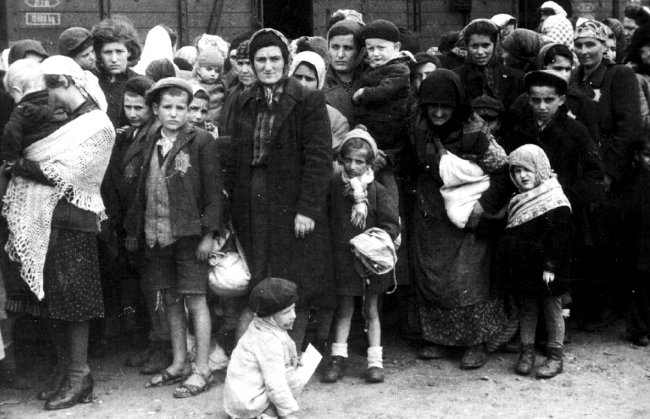 1944년 체코 동부에서 붙잡혀 아우슈비츠로 보내진 유대인 여성과 아이들. [wikimedia commons]