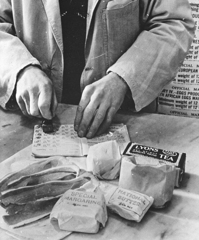 제2차 세계대전 당시 식량 배급을 보여주는 이미지. [wikimedia commons]