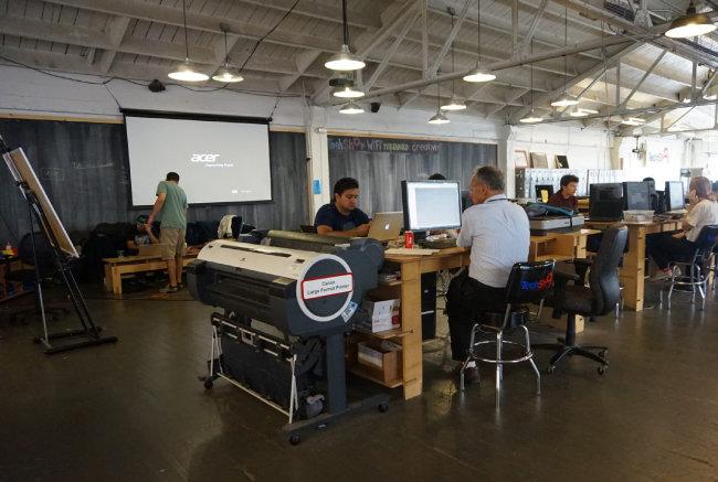 미국 실리콘밸리 '테크샵'에서 하드웨어 분야 창업가들이 생산 장비를 이용해 시제품을 제작하고 있다. [동아DB]