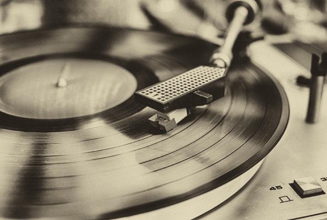 아날로그 붐에 따라 음악시장에서도 레코드판이 부활하고 있다.