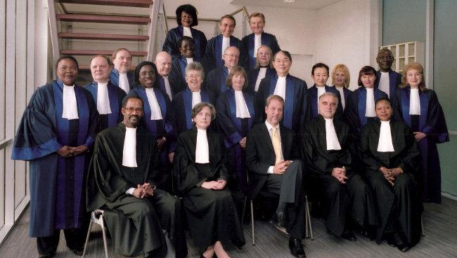 2010년 1월 20일 국제형사재판소 신규 재판관들이 선서식을 마치고 기념촬영을 했다.