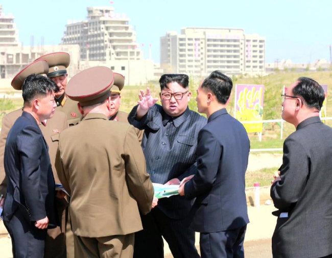 김정은 북한 국무위원장이 5월 26일 원산갈마 해안관광지구 건설현장을 시찰했다. [조선중앙TV 캡처]