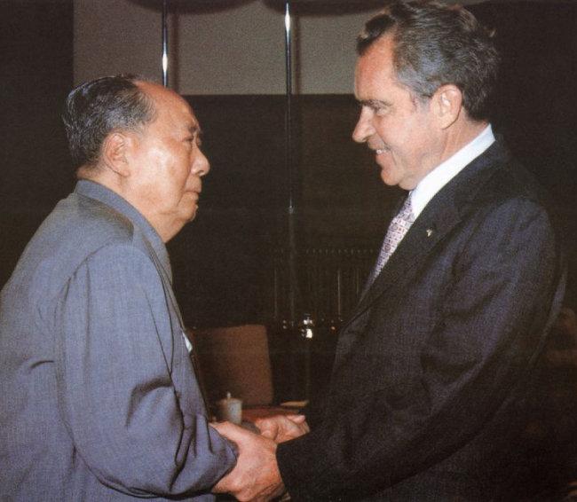 1972년 2월 21일 미국 대통령으로는 처음으로 중국을 방문한 리처드 닉슨(오른쪽) 대통령이 마오쩌둥 중국 초대 국가주석과 악수를 하고 있다. [뉴리퍼블릭 웹사이트 캡처]