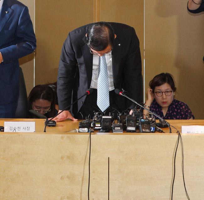 기내식 대란이 터진 지 사흘 만인 7월 4일 박삼구 금호아시아나 회장이 대국민 사과 기자회견을 하고 있다. [박해윤 기자]