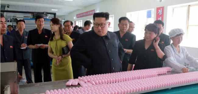 김정은 북한 국무위원장이 부인 리설주 여사와 함께 신의주 화장품 공장을 현지지도했다고 7월 1일 노동신문이 보도했다. [노동신문]