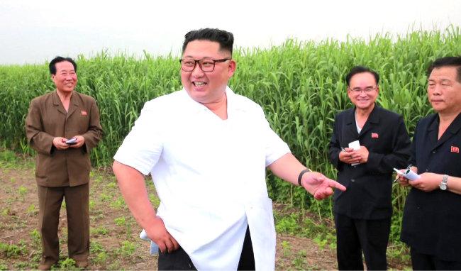 김정은 북한 국무위원장이 평안북도 신도군 갈대 종합농장을 시찰했다고 조선중앙TV가 6월 30일 보도했다. [조선중앙TV 캡처]