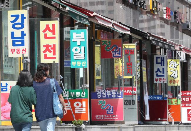 서울 송파구의 종합상가 내 공인중개사 사무소에 급매물 전단지가 붙어 있다. 정부의 이번 종부세 개편안은 고가 주택에 대한 과세표준 현실화가 이뤄지지 않았다는 비판을 받고 있다. [뉴스1]
