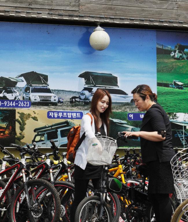자전거 대여소에서 자전거를 고르는 모습. 중급자에게는 하이브리드 바이크를 추천한다. [박해윤 기자]