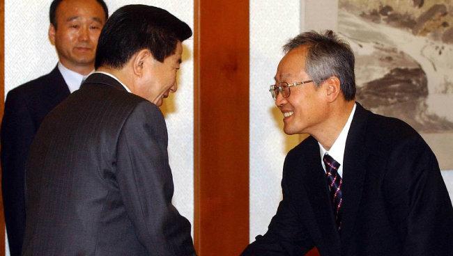 2003년 3월 노무현 대통령이 윤덕홍 교육부총리를 임명한 후 악수를 나누고 있다. [동아DB]