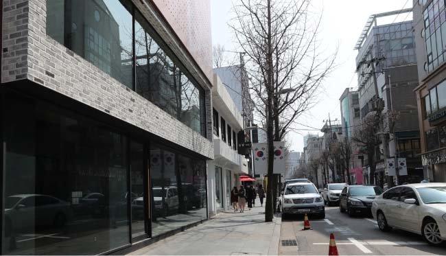 3월 상가임대료가 올라가면서 빈 점포가 늘어가고 있는 서울 강남 가로수길. [홍진환 동아일보 기자]