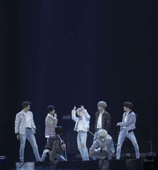 월드투어 콘서트 중인 방탄소년단. [동아DB]