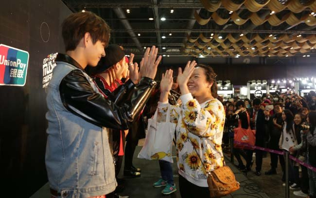 BTS를 세계 정상으로 이끈 공식 팬클럽 아미는 다양한 현장에서 방탄소년단을 응원하며 애정을 드러낸다. [동아DB]