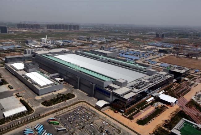 삼성전자가 3월 28일 오전 중국 산시성 시안시 반도체 공장에서 두 번째 라인 건설을 시작했다. 2012년 9월 착공해 현재 가동 중인 첫 번째 라인의 전경.