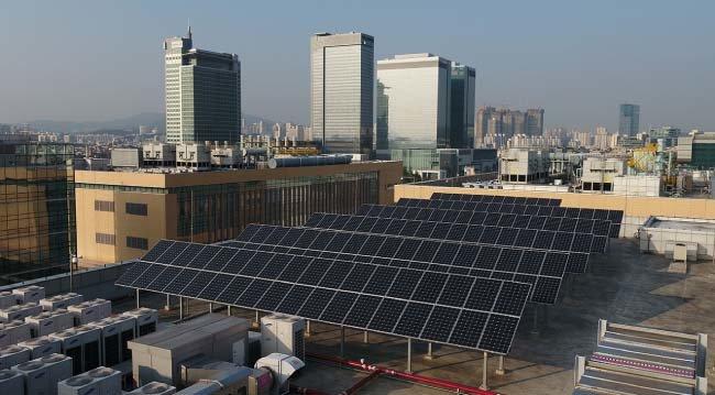 삼성전자 수원사업장 소재단지  옥상에 설치된 태양광발전 패널. [삼성전자 제공]